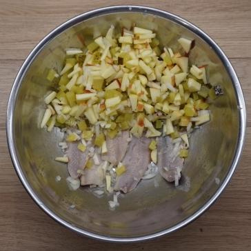 Matjesfilets mit Apfel, Zwiebel und Gurke
